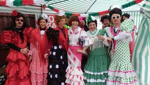 Un grupo de sevillanos instalaron una caseta en la plaza, adelantándose a la Feria de Abril.
