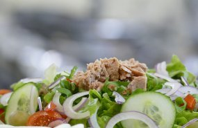 Una ensalada con bonito y cebolla