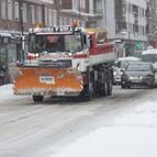 Quitanieves, escenas de postal y nieve, mucha nieve, ayer en Vitoria.