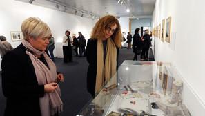 Sorkunde Aiarza e Ibone Bengoetxea, en la exposición.Foto: J. M. Martínez