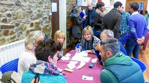 Irene Pardo anotó las ideas planteadas en un foro de debate en Zalla. Fotos: E. Castresana