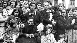 Berrogei urtez luzatu zen jazarpenaren hasierako argazkian, Gipuzkoatik kanporaturiko ume eta emakumeak Lekeition 1936ko urrian.