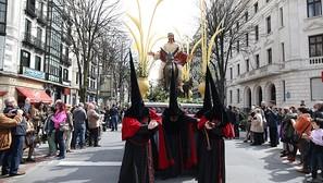 El paso del Borriquito discurre por la Gran Vía en la procesión de ayer en Bilbao.