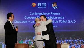 Zhang Xiaolei, presidente del grupo Nanjing Qianbao Information, y Jokin Aperribay se funden en un abrazo después de firmar el acuerdo para las cinco próximas temporadas. Tras el acto, representantes de ambas compañías lo celebraron con una cena.
