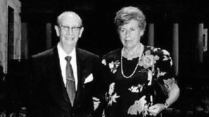 Miren Tere con su marido celebrando las bodas de oro; en el recuadro, de bebé.