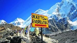 La primera semana de abril comienza la temporada de escalada en el Everest y el Gobierno nepalí advierte de la basura acumulada. Fotos: DEIA