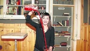 Zaloa López en la preparación de uno de sus afamados vermús.