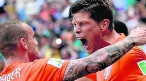 Sneijder y Huntelaar, en la celebración del segundo gol de Holanda.