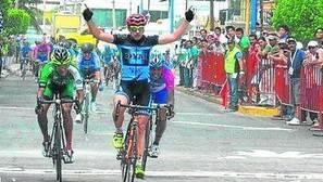 El ciclista gasteiztarra entra vencedor en meta.