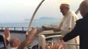 Un pizzero de Nápoles le entrega una pizza al Papa.