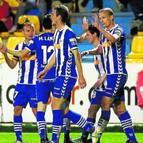 Jiri Jarosik recibe las felicitaciones de sus compañeros tras conseguir el gol de la victoria.