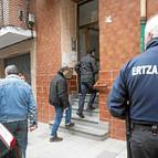 Varias dotaciones de la Policía Científica de la Ertzaintza se personaron en el lugar de los hechos para inspeccionar la vivienda donde ocurrió la agresión.