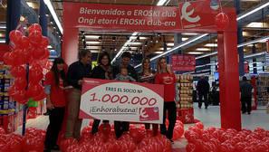 Oier Markinez Fernández, socio 1 millón de EROSKI Club, junto a su hija Laida y su esposa, María Dornaleteche Quintana, y representantes del hipermercado EROSKI Boulevard.
