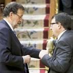 El presidente español, Mariano Rajoy, conversa con el jeltzale Aitor Esteban, en una sesión anterior.