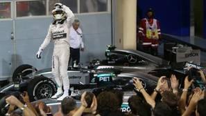 Hamilton celebra su victoria en Baréin.