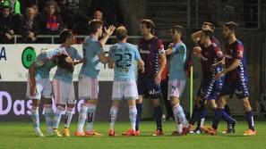 Los jugadores del Eibar y del Celta discutiendo durante el partido