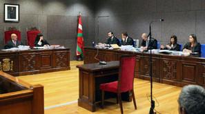 El fiscal (3i) realiza su exposición en la sala de la Audencia de Bizkaia donde ha comenzado la vista oral contra Juan Carlos Aguilar.
