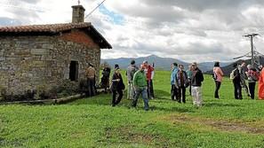 Parte de los asistentes a la visita guiada de ayer, en el exterior de la ermita, donde se han colocado réplicas de algunas de las estelas encontradas. Fotos: A.Goyoaga