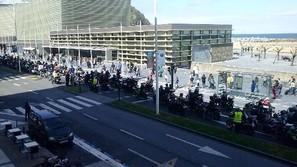 Parte de la protesta motorista a su paso por el Kursaal, ayer.
