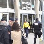 Efectivos de la Policía Nacional a las puertas del Instituto Joan Fuster de Barcelona donde hoy un profesor ha muerto y varias personas más han resultado heridas tras irrumpir esta mañana un joven en el centro de enseñanza armado con una ballesta.