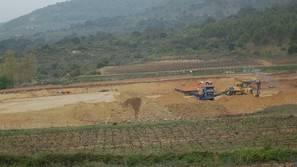 Excavadoras en los viñedos de Bodegas Vega Sicilia.