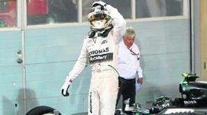 Hamilton, entre los aplausos de los mecánicos de Mercedes.