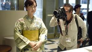 Un androide, la nueva recepcionista de unos grandes almacenes en Tokio.