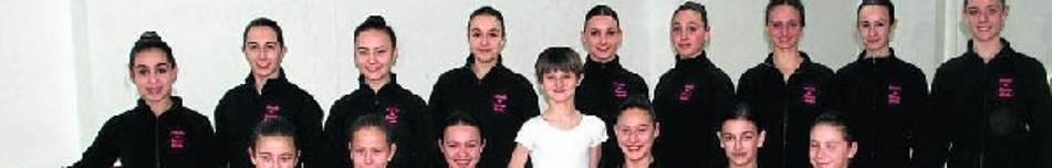 Las 20 bailarinas y el bailarín del estudio de danza de Nuria y Rakel que acudirán a la final de Tarragona, en los locales de ensayo de Llodio.