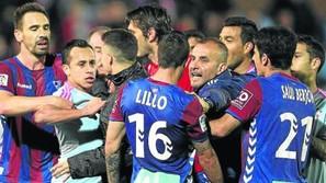 Los jugadores del Eibar y Celta se enzarzaron en una disputa al término del primer tiempo.