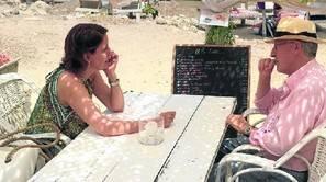 Yolanda Barcina y Manuel Pizarro charlan en una cala de Ibiza durante las vacaciones que compartieron en la isla balear el pasado agosto.