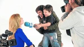La presentadora Reyes Prados, entrevistada por un 'reportero' de 3 años.