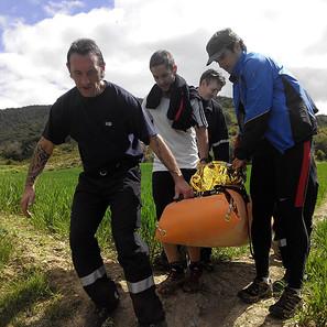 Los bomberos de Cordovilla y otros corredores bajan en camilla a la mujer lesionada en Sorauren.