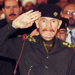 Fotografía de archivo fechada en 1999, en la que se muestra a Ezat Ibrahim al Duri, que fue vicepresidente del fallecido dictador Sadam Husein, en Ammán, Jordania.