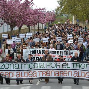 La manifestación estuvo encabezada por dos anchas pancartas y numerosos carteles en los que figuraban los nombres de los pueblos de la Comarca.