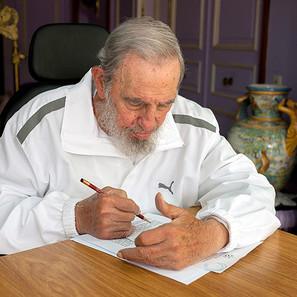 Fidel Castro, rellenando su papeleta.