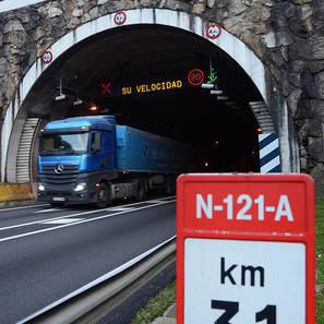 Un camión, saliendo del túnel de Belate.