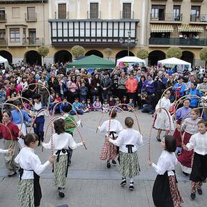 Los txikis bailaron en la plaza de los Fueros de la localidad ribera durante el acto reivindicativo.