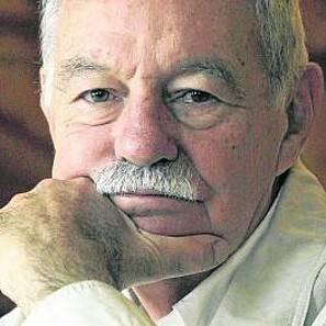 Eduardo Mendoza.