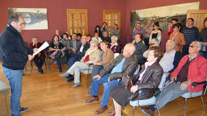 El alcalde de Berbinzana homenajeando a los ediles ante la atenta mirada de sus familias.