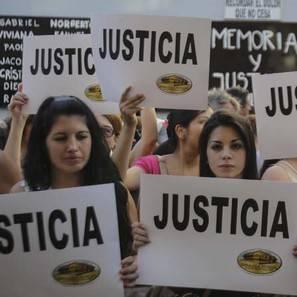 Un grupo de personas participa en una manifestación para exigir justicia tras la muerte del fiscal argentino Alberto Nisman.