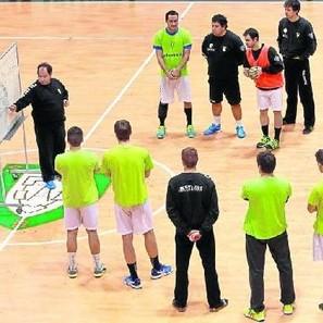 Los jugadores del Helvetia Anaitasuna siguen las explicaciones de Iñaki Aniz durante el entrenamiento vespertino de ayer en la Catedral. El equipo viaja hoy por la mañana.