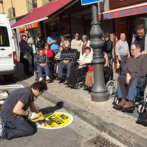 Colocación de una pegatina para sensibilizar sobre el buen uso de aparcamientos para discapacitados.