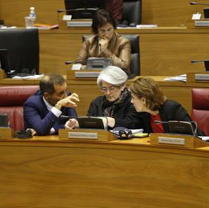 Juan Luis Sánchez de Muniáin, consejero y portavoz; Lourdes Goicoechea, consejera y vicepresidenta, y Yolanda Barcina, presidenta del Gobierno.