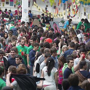 Jóvenes disfrutando en la Carpa de Primavera de la UPNA.