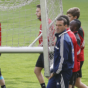 José Manuel Mateo, transportando una portería de entrenamiento junto con sus jugadores.