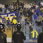 Seguidores del Boca Juniors, tras lanzar gas pimienta desde la tribuna
