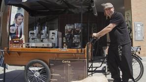 El barista y hostelero alavés Honorio García posa a bordo de la Trike Koffee Korner que, desde hace dos semanas, se encuentra instalada frente a Cafétaza, en el número dos de plaza de la Unión, en el barrio de Salburua.