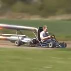 A 96 km/h con un 'Jet Kart' construido por él mismo.