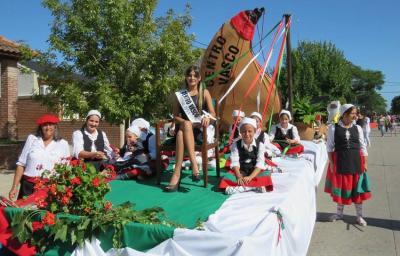 Euskal Odola Euskal Etxearen karroza Ayacuchoko 44. Txahalaren Festaren desfilean