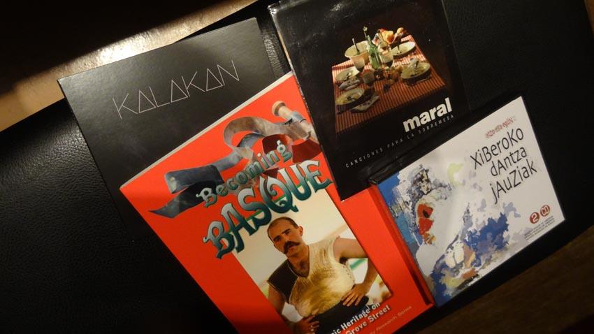 Zozketagai diren lau sariak: 'Becoming Basque' liburua eta Maral, Kalakan eta Xiberoko Dantza Jauziak CDak (argazkia EuskalKultura.com)